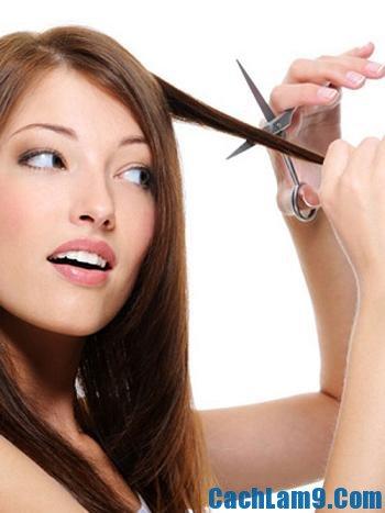 Cắt bỏ phần tóc chẻ ngọn được xem là cách phục hồi tóc hư tổn mùa hè