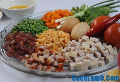 Sơ chế nguyên liệu làm cơm chiên trái cây