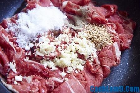 Sơ chế nguyên liệu làm rau muống xào thịt bò