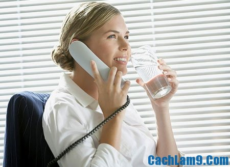 Uống nhiều nước để giảm mỡ bụng cho chị em công sở