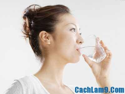 Uống nhiều nước để trị rạn da sau sinh