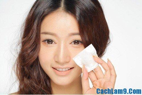 Rửa mặt bằng sữa rửa mặt cho da nhờn