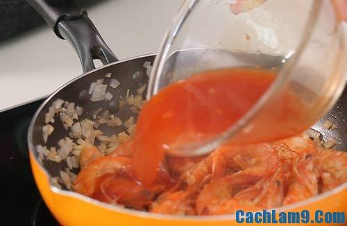 Thực hiện cách chế biến tôm chiên tỏi sốt chua cay