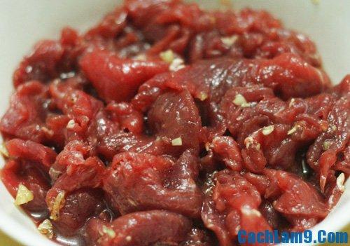 Sơ chế nguyên liệu làm thịt bò xào bông hẹ nấm rơm, so che nguyen lieu lam thit bo xao bong he nam rom