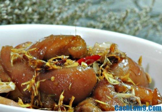Hướng dẫn làm giò heo kho sả tại nhà: Bí quyết nấu món giò heo kho sả ngon